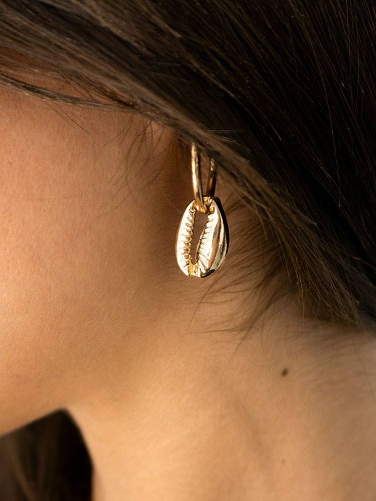 https://www.fashionroom.gr/29035-home_default/gold-sea-shell-hoop-earrings.jpg